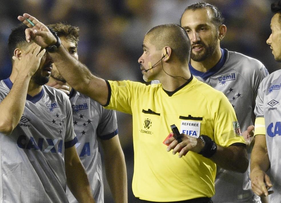 Eber Aquino será o árbitro do jogo no Maracanã — Foto: AP