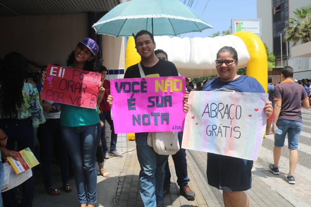 """""""ENEM 2018 - DOMINGO (4) – TERESINA (PI) – Jovens distribuem abraços em troca de canetas em local de prova.  — Foto: Andrê Nascimento/G1"""