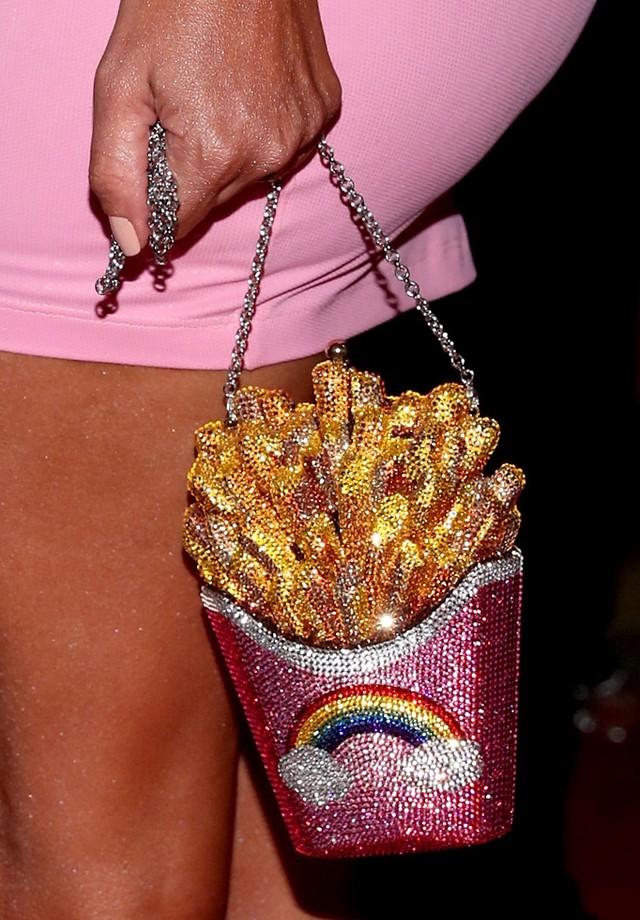 A bolsa Judith Leiber de Kim Kardashian (Foto: Getty Images)