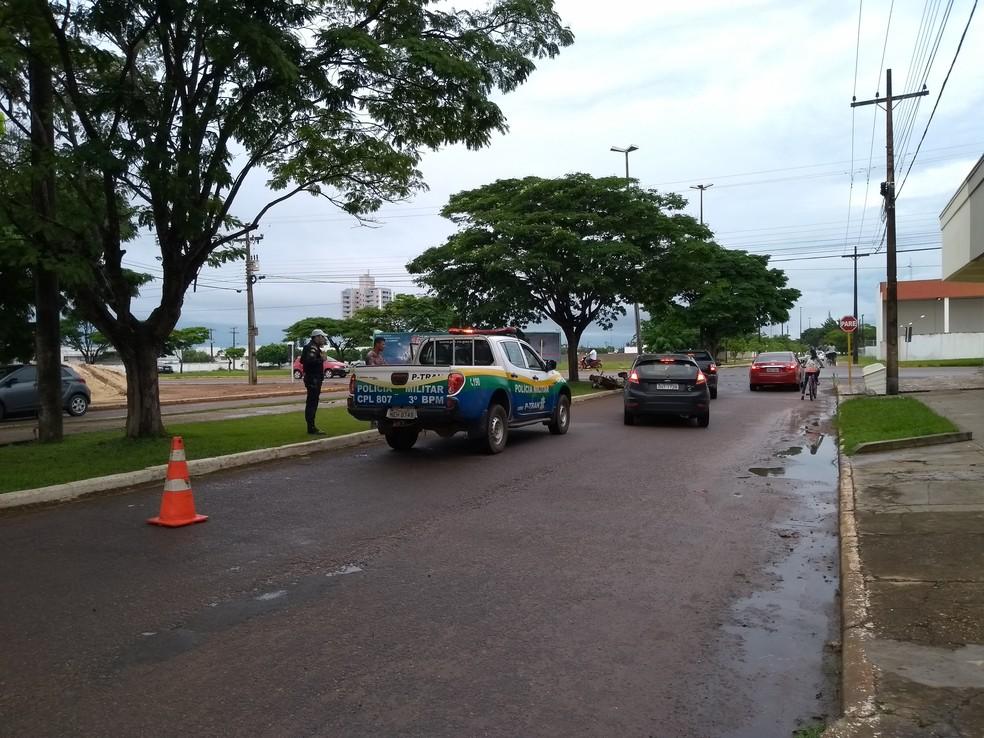 Motociclista foi preso após cair sozinho em avenida — Foto: Eliete Marques/G1