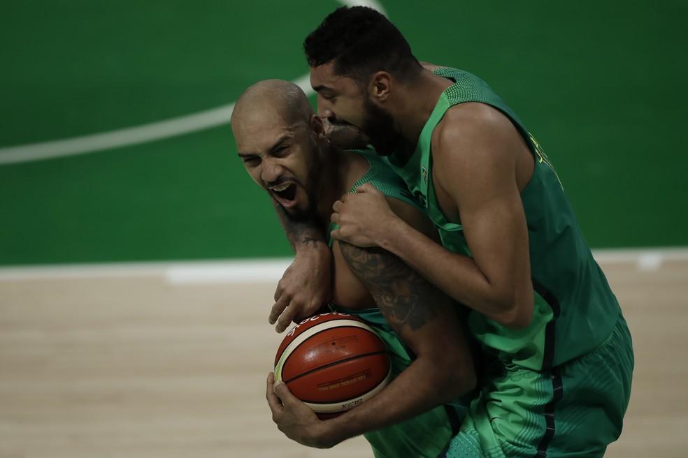 Petrovic conhece Marquinhos e Augusto Lima da Olimpíada RIo 2016 (Foto: André Mourão/ODIA/NOPP)