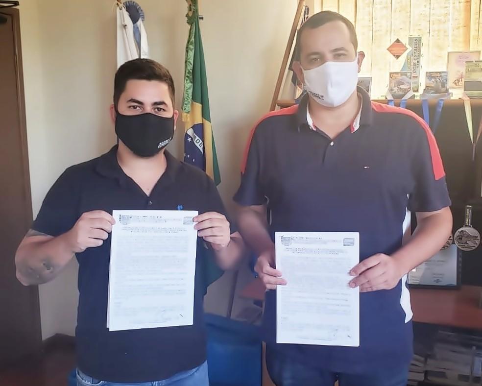 Prefeito Rodrigo Viana e secretário de Saúde Lucas Esteves assinam documento com intenção de compra de vacina contra Covid-19 em Trajano de Moraes, no RJ — Foto: Divulgação/Prefeitura de Trajano de Moraes