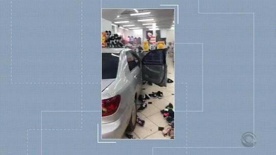Carro invade loja e atinge cliente após acidente com outro veículo em Ronda Alta