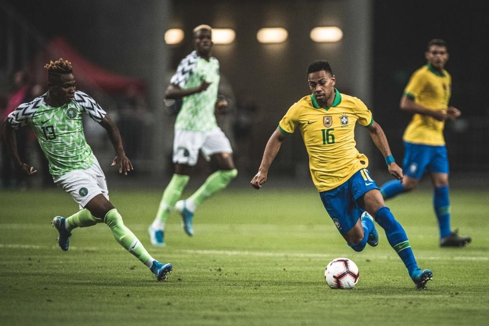 Renan Lodi foi elogiado pelo técnico Tite pela atuação contra a NIgéria — Foto: Pedro Martins / MowaPress