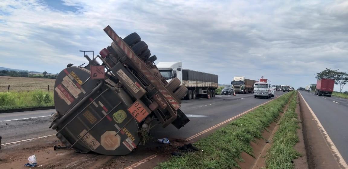 Após mais de 24 horas, caminhão que levava etanol e tombou é removido da  BR-153 em Centralina