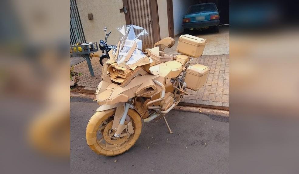 Estrutura das motocicletas é feita com canos e finalizada com papelão — Foto: Reprodução/Instagram