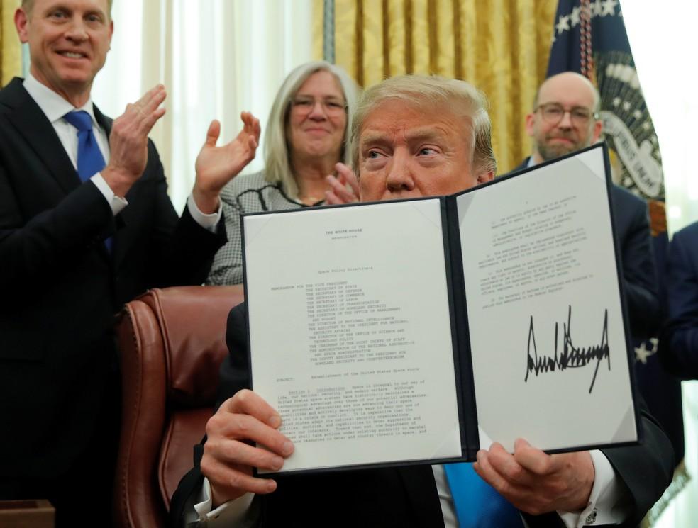 Donald Trump assina texto que dá início ao processo para criação de Força Espacial, em 2019 — Foto: Jim Young/Reuters