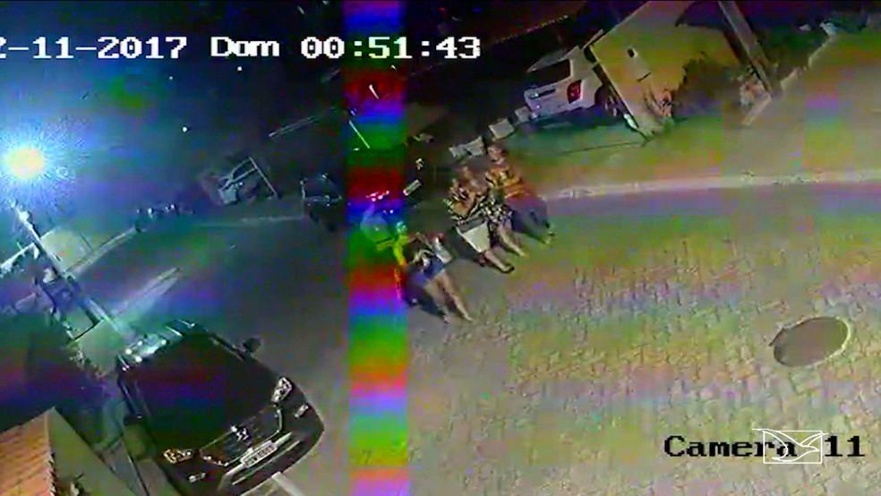 Imagens das câmeras de segurança mostram Ludmila sendo amparada por vizinhos. (Foto: Reprodução/TV Mirante)