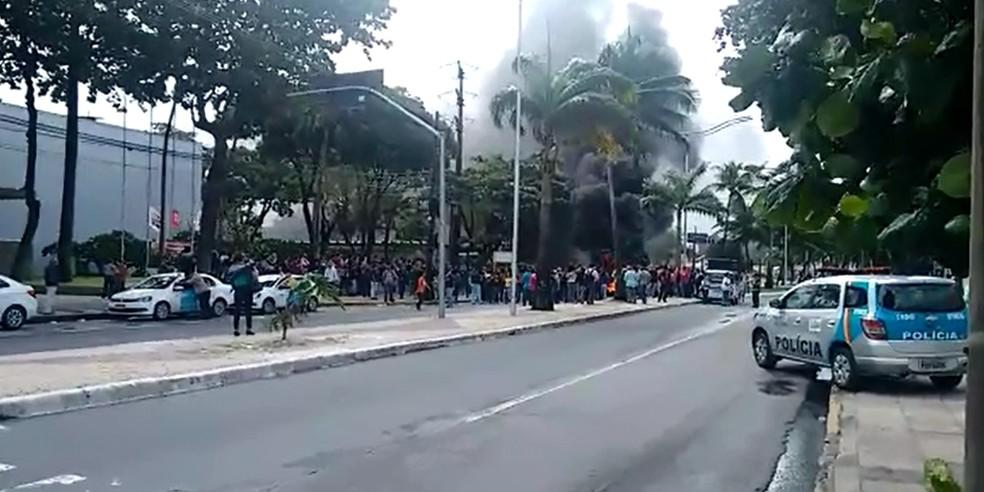No início da greve, no dia 27 de julho, servidores realizaram um protesto em frente à Prefeitura do Recife (Foto: Reprodução/WhatsApp)