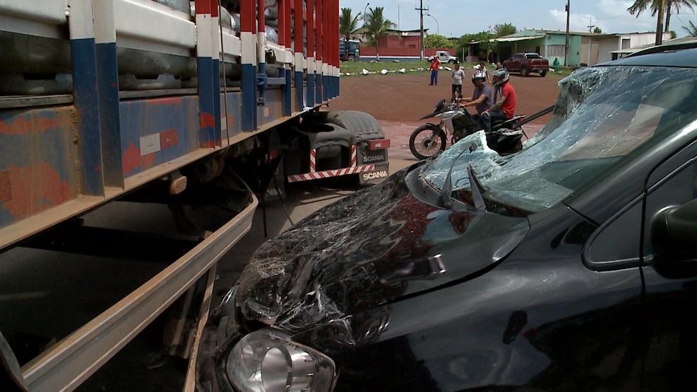 Dianteira do carro de passeio ficou destruída após colidir com caminhão, na BR-135 (Foto: Reprodução/TV Mirante)
