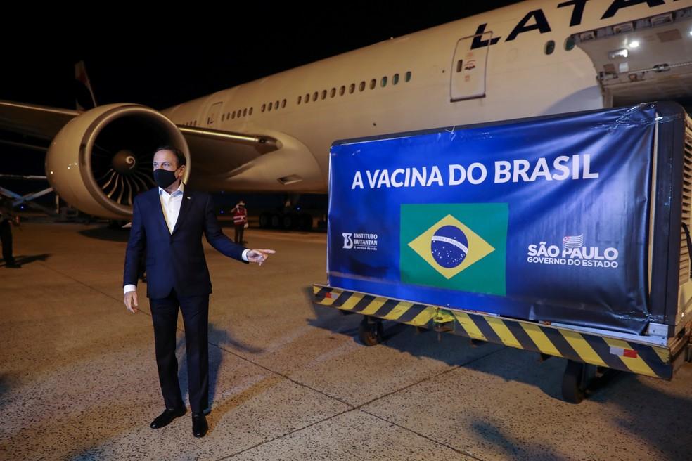 O governador de SP, João Doria, acompanha no Aeroporto de Viracopos, em Campinas, a chegada de 5,4 mil litros de insumos para produção da CoronaVac. — Foto: REUTERS/Amanda Perobelli