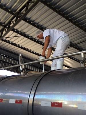 Leite industrial produzido no Agreste teria urina, soda cáustica e água oxigenada (Foto: Divulgação/ Polícia Federal)