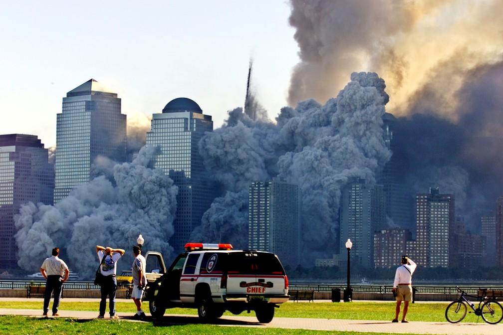 Pessoas observam de Nova Jersey enquanto a segunda torre do World Trade Center desmorona, cerca de 30 minutos após a primeira vir abaixo em Nova York, no dia 11 de setembro de 2001 — Foto: Ray Stubblebine/Reuters/Arquivo