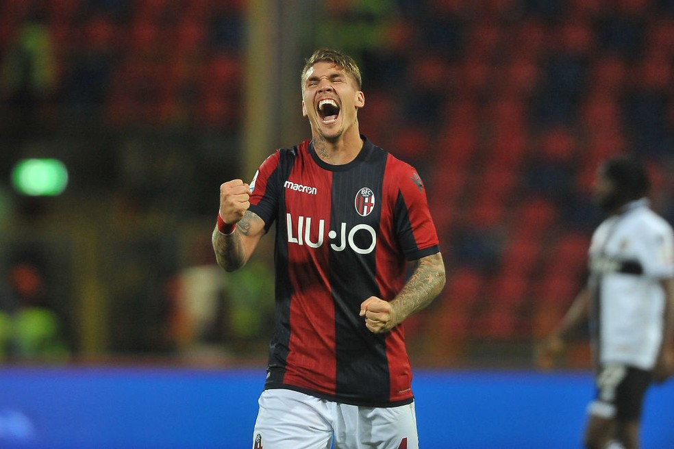 Lyanco comemora gol com a camisa do Bologna — Foto: Mario Carlini / Getty Images