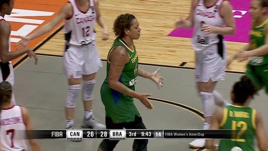 Erika inferniza as canadenses no garrafão no início do terceiro tempo