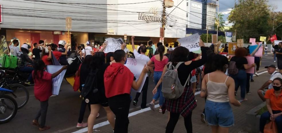No Centro da cidade, outros manifestantes se uniram à carreata — Foto: Eldérico Silva/Rede Amazônica Acre