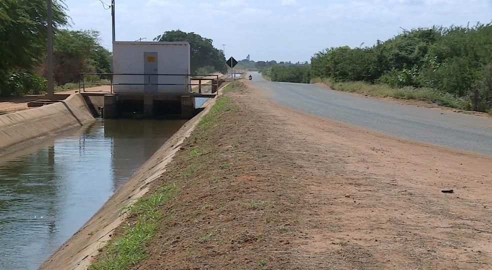 Los conductores intentan esquivar los agujeros y terminan cayendo al canal. - Foto: Reproducción / TV Grande Rio