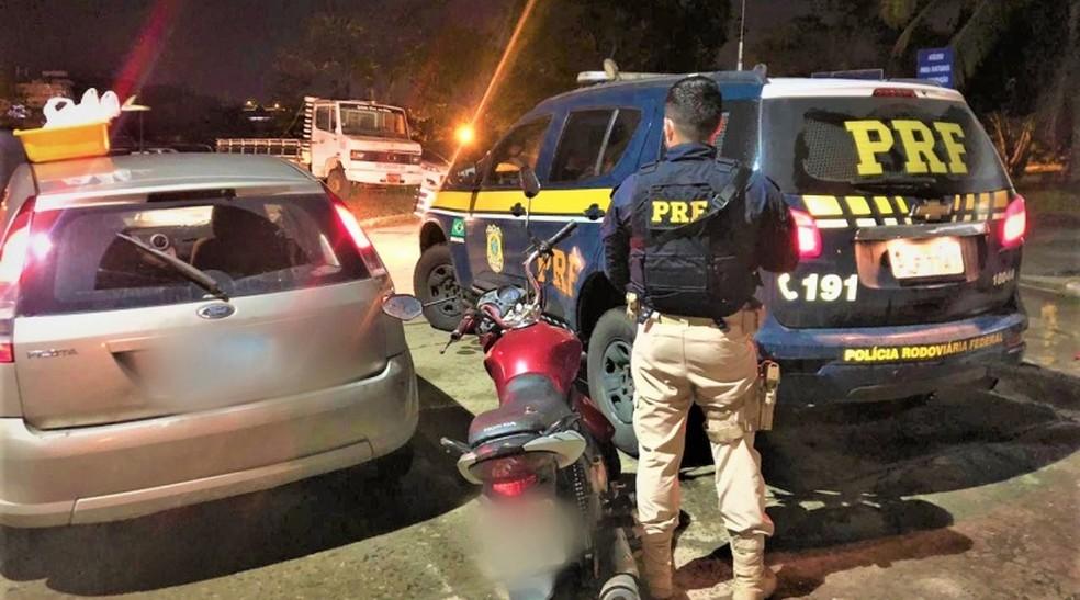 Trio suspeito de praticar assaltos no sul do estado é preso com carro roubado na Bahia  — Foto: Divulgação/PRF