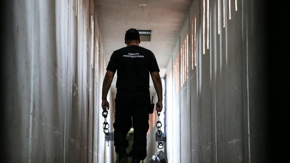 Agente penitenciário negociava celulares com presos na Grande Fortaleza — Foto: Natinho Rodrigues/SVM