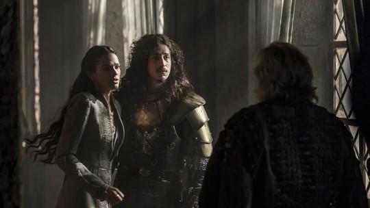 Augusto flagra Catarina e Rodolfo juntos