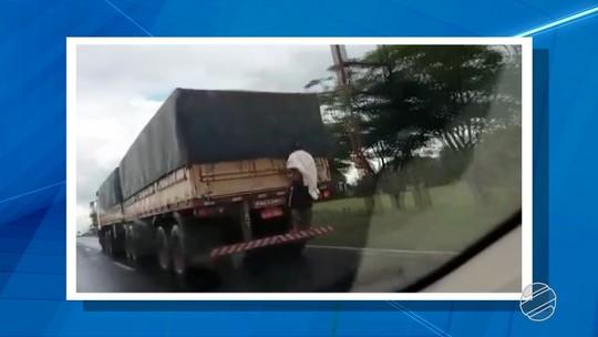 Jovem pendurado em caminhão diz que queria carona por 120 km até Japorã, MS; veja vídeo