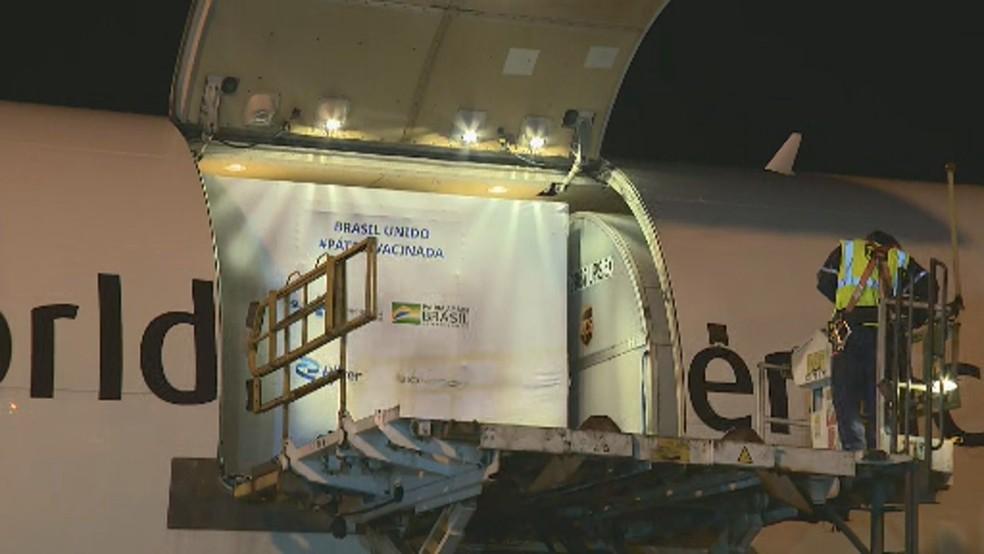 Operação de desembarque da carga com vacina da Pfizer em Viracopos — Foto: Vanderlei Duarte/EPTV