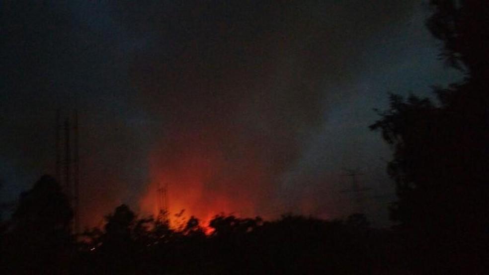 Incêndio atingiu área de mata às margens da rodovia Raposo Tavares (Foto: Erick Ernandes da Cruz/Arquivo Pessoal)