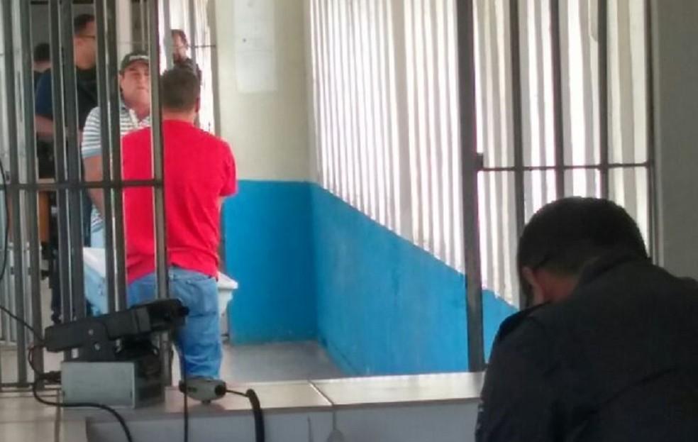 Técnicos recolhem corpo de detento encontrado morto na Cadeia Pública de Natal (Foto: Marksuel Figueredo/ Inter TV Cabugi)