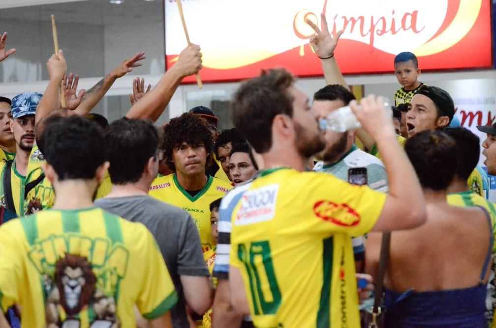 Camilo foi recepcionado por torcedores na chegada ao Mirassol  — Foto: Matheus Lima/Cidade Clube