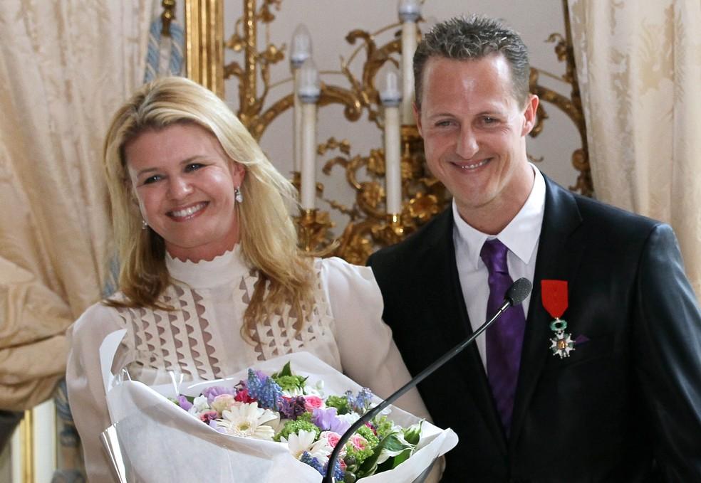 Michael Schumacher com a esposa Corinna, em 2010 — Foto: Thomas Coex/AFP