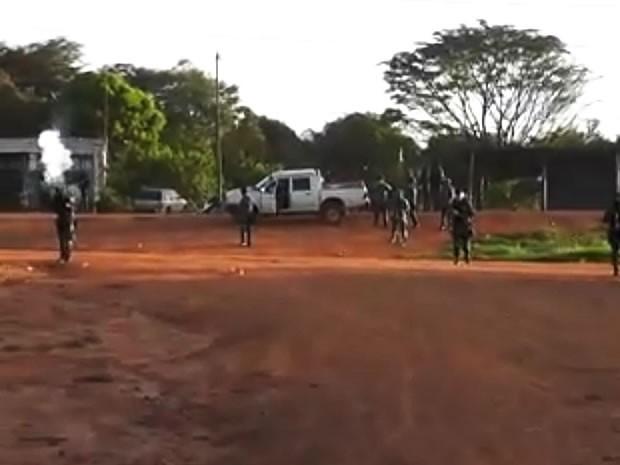 Agentes da Força Nacional de Segurança usaram bombas de gás para cercar vilarejo (Foto: Agência da Notícia)