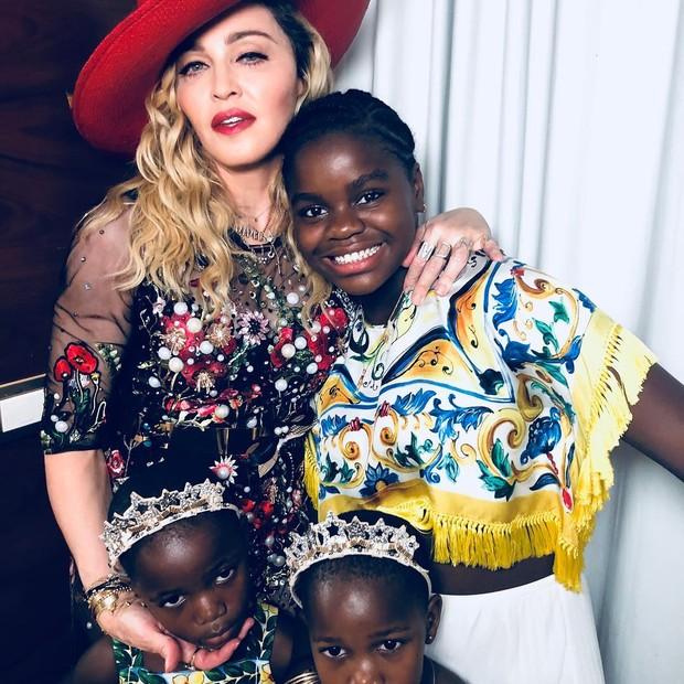 Supermãe! Madonna posa com as filhas adotadas no Malauí, Esther, Stella e Mercy James (Foto: Reprodução/Instagram)