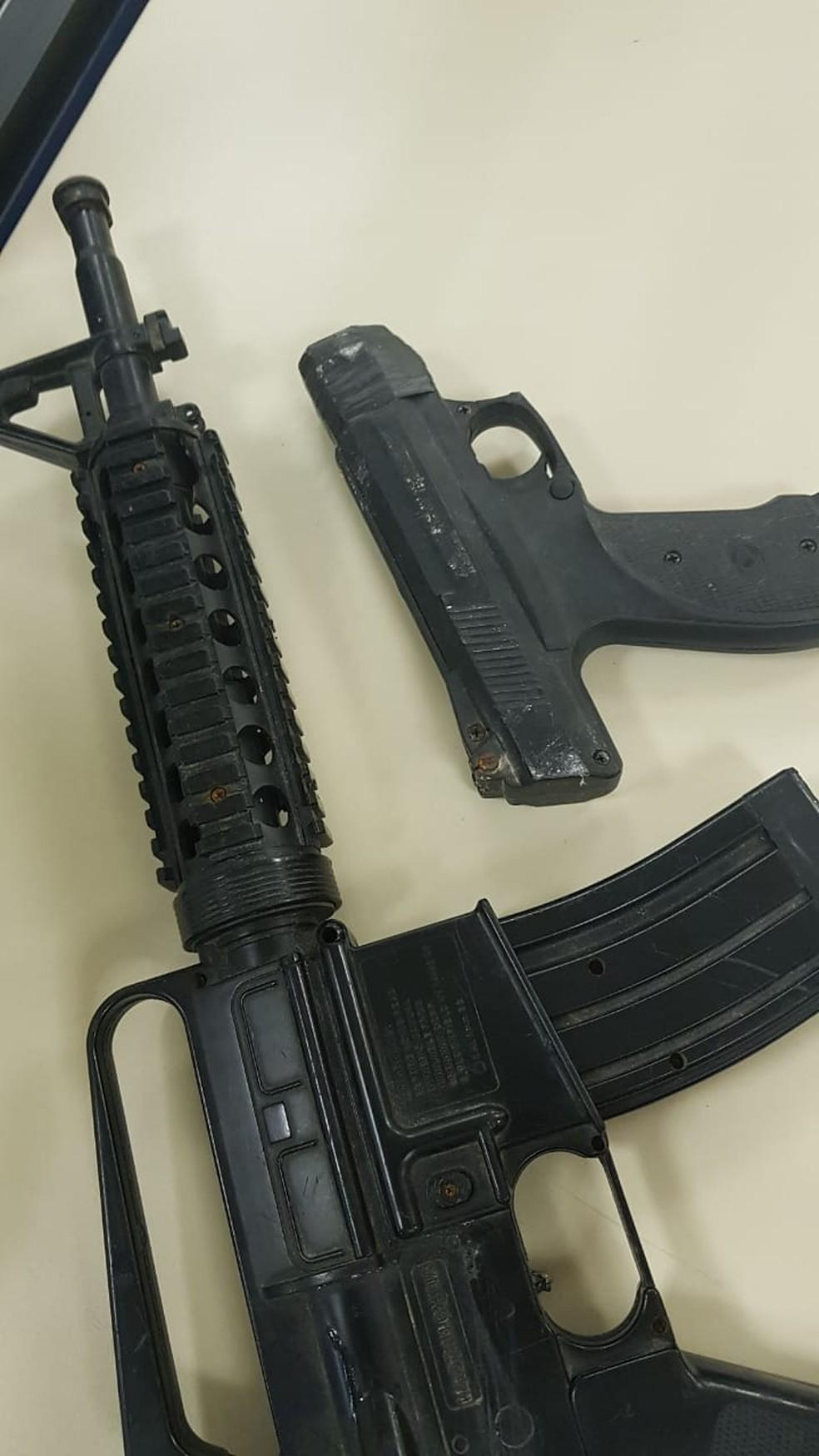 Simulacros de armas foram apreendidos com faxineiros suspeitos de roubos — Foto: Divulgação