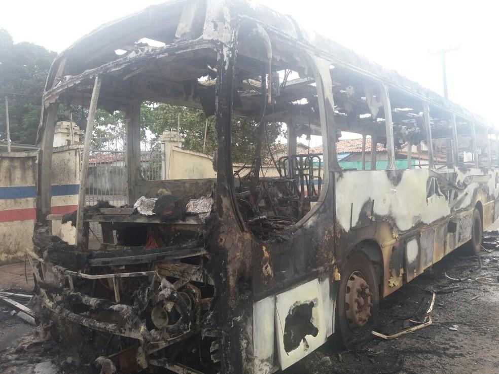Ônibus ficou completamente destruído após o incêndio (Foto: Alessandra Rodrigues/Mirante AM)