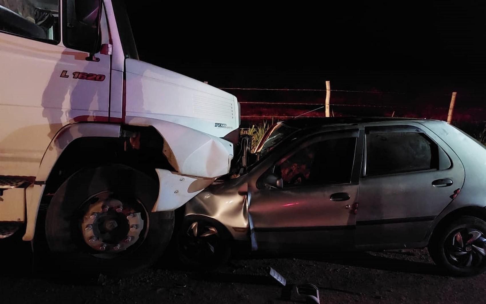 Dois homens morrem após batida entre carro e caminhão na AMG-491, perto de Areado e Monte Belo, MG