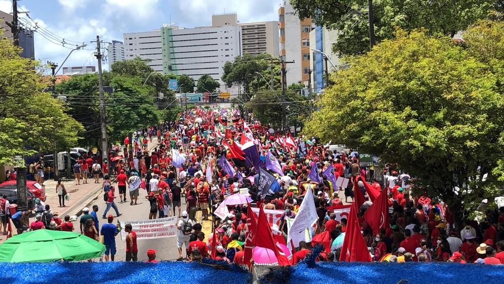 Neste sábado (2), manifestantes saíram em passeata pelas ruas do Centro do Recife para protestar contra o governo Bolsonaro — Foto: Marlon Costa/Pernambuco Press