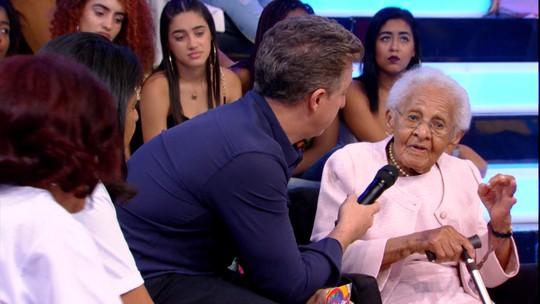 Fã comemora aniversário de 100 anos no palco do 'Caldeirão'