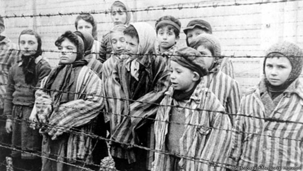 Crianças sobreviventes no campo de extermínio de Auschwitz-Birkenau, em imagem gravada pelas forças soviéticas que as libertaram dos nazistas no final da Segunda Guerra — Foto: US Holocaust Memorial Museum