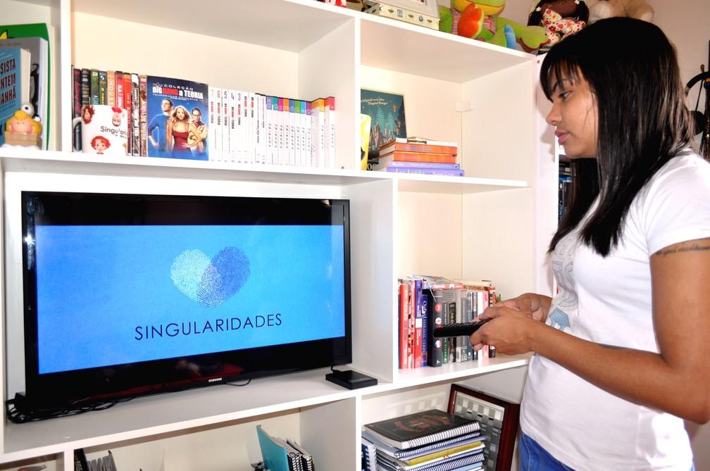 A jornalista Gabriela Bandeira e o cinegrafista Humberto Luiz produziram documentário Singularidades — Foto: Camilla Resende/G1