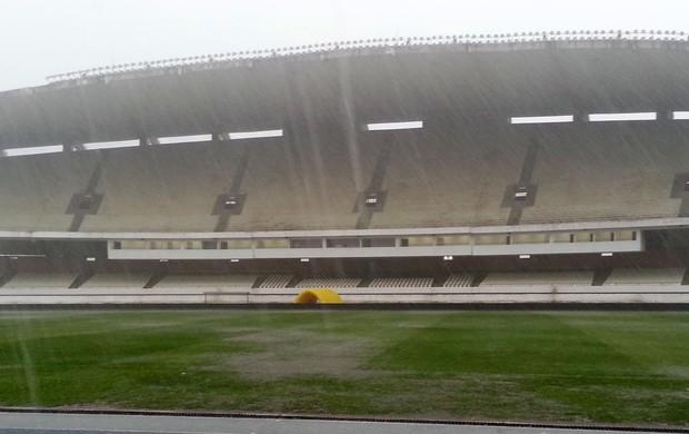 Curtinha: temporal inunda campo do Mangueirão após treino do Fla