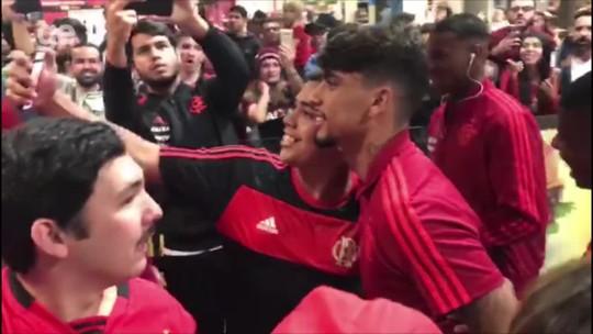 Vetados na Arena, empolgados no aeroporto: Flamengo é recebido com sinalizadores, bandeiras e festa em Curitiba