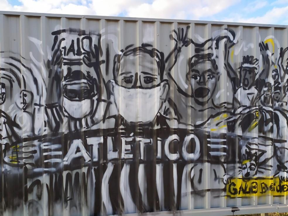 Torcedores do Galo com máscara — Foto: Leandro Pacheco / Globo Minas