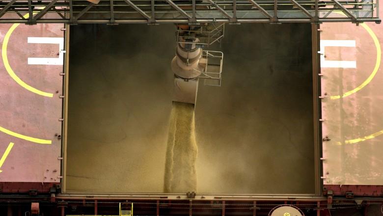 Carregamento de soja no porto de Paranaguá, PR (Foto: REUTERS/Paulo Whitaker)