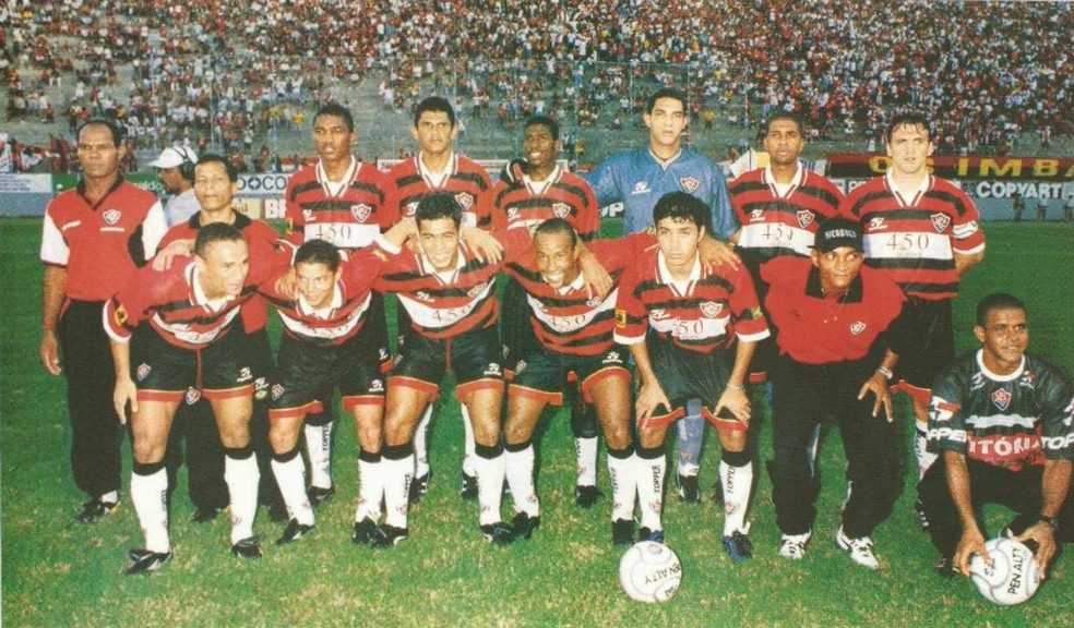 Registro da Revista Placar daquele Vitória campeão da Copa do Nordeste em 1999: Matuzalém e Petkovic na equipe — Foto: Arquivo pessoal