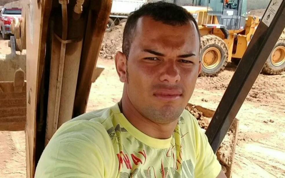 Adão Silva Lopes, de 24 anos, está foragido (Foto: Divulgação / Polícia Civil)