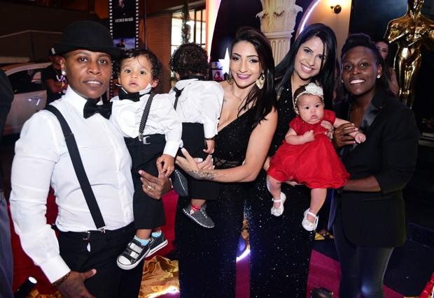 Pepê e Thalyta Santos com os gêmeos, e Neném com Thaís Oliveira e a filha (Foto: Leo Franco e Thiago Duran/AgNews)