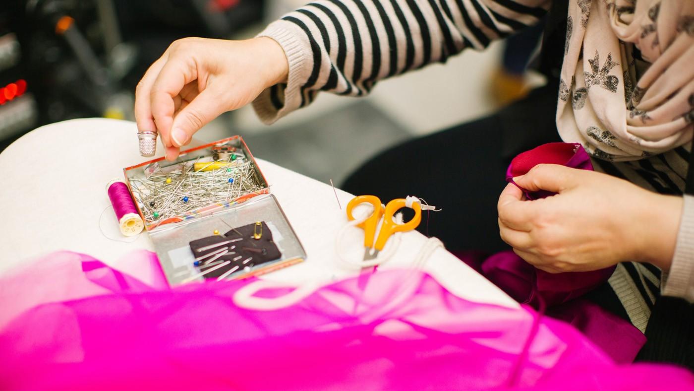Moda Sustentável: aprenda a consertar e transformar peças de roupa