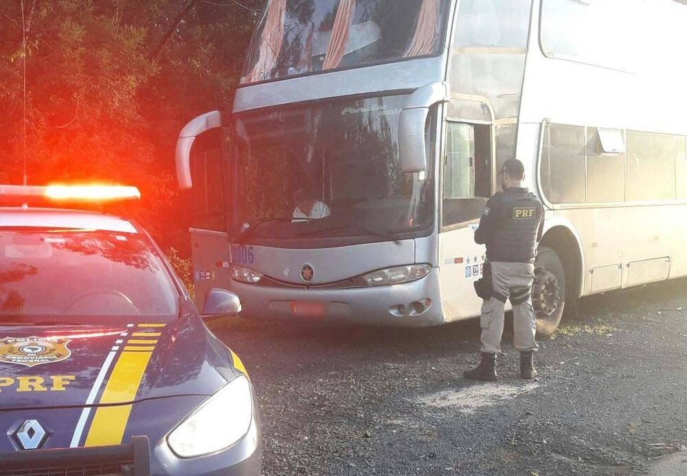 Ônibus clandestino que transportava grupo para julgamento do recurso de Lula em Porto Alegre (Foto: Divulgação/PRF)