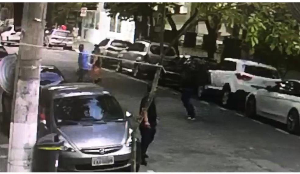 Assaltante corre na direção de casa para roubar relógios de luxo na Zona Sul de São Paulo — Foto: Reprodução/Divulgação/Polícia Civil