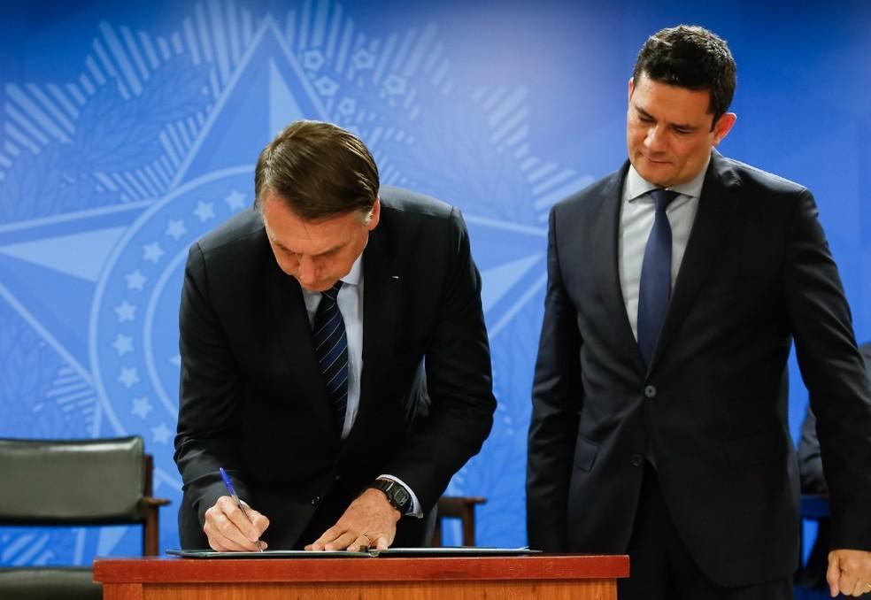 O presidente Jair Bolsonaro, no Palácio do Planalto, ao assinar a MP sobre venda de bens de traficantes — Foto: Alan Santos/PR